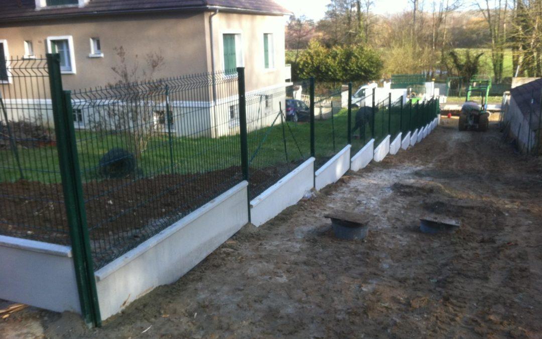Comment poser une clôture sur un terrain en pente ?